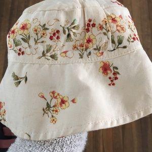 Baby Gap bonnet